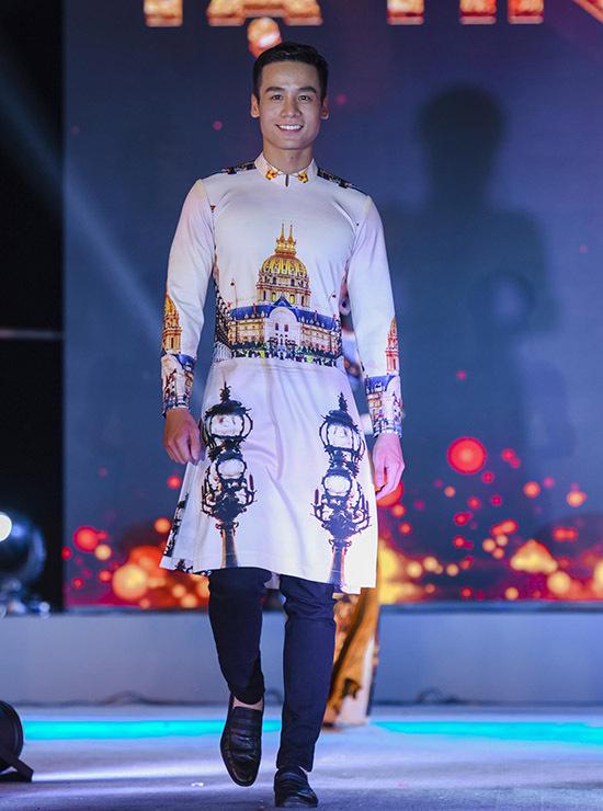 Nam vương Cao Xuân Tài tham gia trình diễn bộ sưu tập áo dài mới.