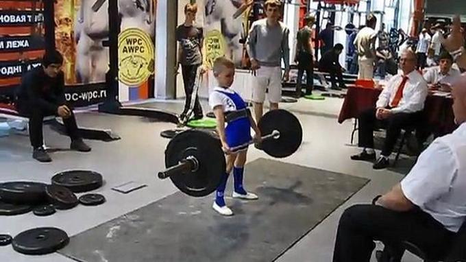Timofey Klevakin nâng tạ nặng 55 kg khi 6 tuổi. Ảnh: Youtube.