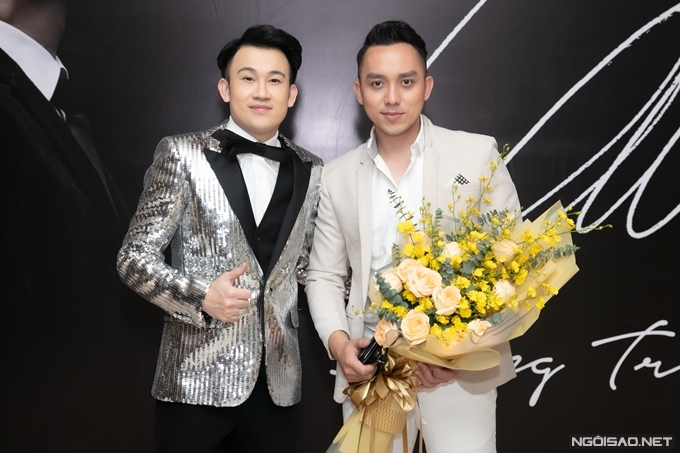 Diễn viên La Quốc Hùng mang bó hoa lớn tới chúc mừng đàn anh.