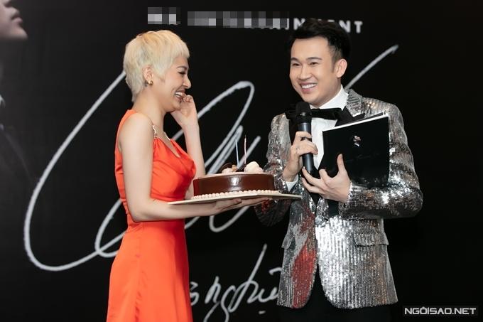Mở đầu buổi họp báo, Bảo Anh bất ngờ mang bánh kem lên sân khấu chúc mừng sinh nhật của Dương Triệu Vũ khiến anh rất hạnh phúc. Nữ ca sĩ trẻ còn hứa sẽ mua 1000 cuốn sách ảnh để ủng hộ thầy của mình.
