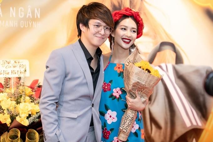 Khả Ngân tươi cười bên đạo diễn Vũ Ngọc Phượng - tác giả kịch bản MV Cô gái Việt Nam, cũng là người thực hiện phim 100 ngày bên em do cô đóng chính.