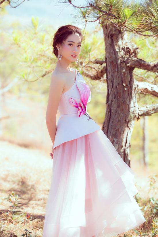 Hoạ tiết hoa mộc lan được biến tấu không ngừng để tăng sức hút và giá trị thẩm mỹ cho từng mẫu váy đi tiệc.
