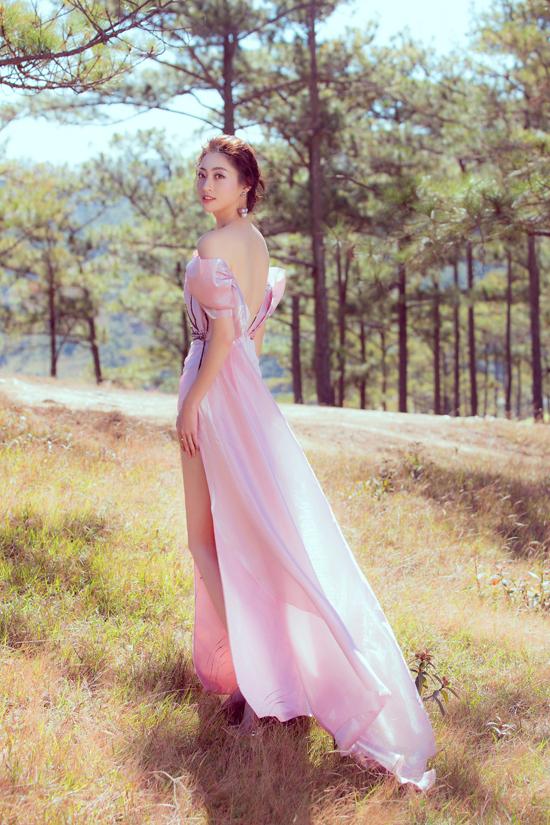 Đầm lụa xẻ cao đúng xu hướng, váy khoe lưng trần cũng được giới thiệu trong bộ sưu tập Mulans Dream.