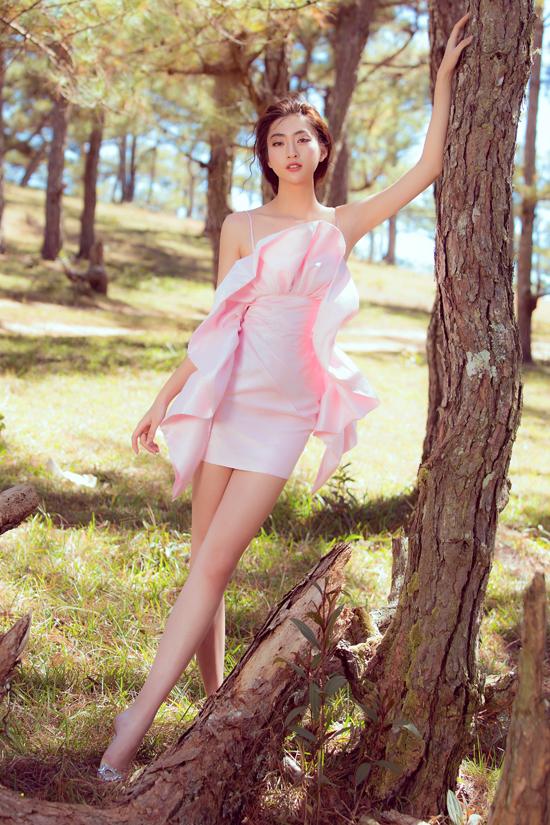 Các mẫu váy hai dây, đầm trễ vai, váy bất đối xứng giúp Thuỳ Linh khoe vai trần gợi cảm và chiều cao lý tưởng.