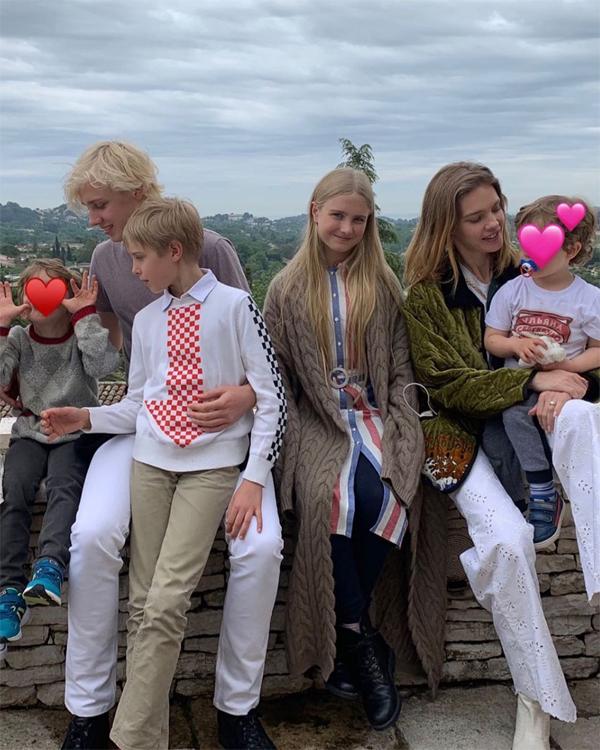 Người đẹp hiếm hoi đăng ảnh cùng cả 5 người con nhân dịp Mothers Day 2019. Cô rất tự hào về các con và vai trò làm mẹ.