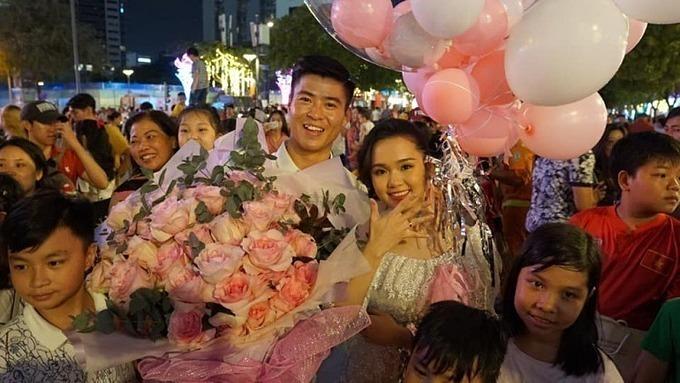 Tối 1/1, Duy Mạnh đã chia sẻ hình ảnh cầu hôn bạn gái Quỳnh Anh và viết trên trang cá nhân: Đồng ý làm vợ anh nhé. Trong tấm hình, cô dâu đã diện váy cưới đến từ bộ sưu tập ra mắt tháng 6 của NTK Chung Thanh Phong.