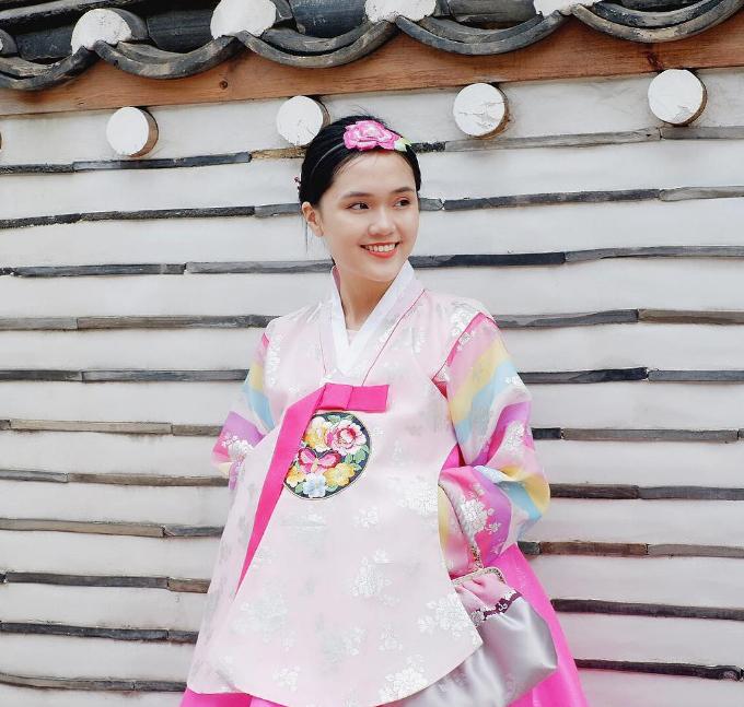 Hiện Quỳnh Anh sở hữu một cửa hiệu mỹ phẩm Hàn Quốc nên xứ sở kim chi cũng là một trong những điểm đến thường xuyên của cô nàng. Vừa du lịch, khám phá, vừa kết hợp công việc kinh doanh, Quỳnh Anh tường tận mọi ngóc ngách ở thủ đô Seoul, từ chỗ ăn chơi đến mua sắm. Cô gái Hà thành diện hanbok Hàn Quốc dạo chơi trong khu Cố cung. Du khách mặc trang phục truyền thống đều được miễn phí vé vào cửa các cung điện ở Seoul.