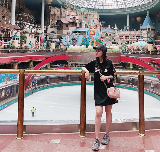 Vợ sắp cưới của Duy Mạnh vui chơi ởLotte World - tổ hợp vui chơi giải trí nổi tiếng ở Seoul,bao gồm công viên giải trí trong nhà lớn nhất thế giới,trung tâm mua sắm, khách sạn sang trọng, bảo tàng dân gian Hàn Quốc, sân trượt băngvà rạp chiếu phim. Ngoài ra, Lotte World còn nổi tiếng với công viên giải trí ngoài trời Magic Island, một hòn đảo nhân tạo nổi giữa hồ.
