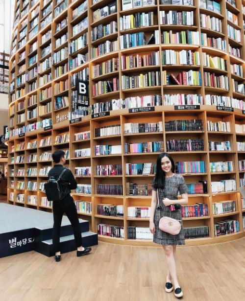 Bắt trend cũng không kém cạnh các travel blogger, Quỳnh Anh khám pháthư viện Starfield Library, nằm tại trung tâm thương mại COEX Mall (Gangnam, Seoul). Điểm check in này hot rần rần trong cộng đồng du lịch vài năm qua bởi những góc sống ảo đẹp như mơ.Điểm nổi bật nhất chính là giá sách khổng lồ, cao bằng 2 tầng nhà.Thư viện rộng tới 2.800 m2 cùng hơn 50.000 đầu sách, báo, tạp chí thuộc đủ chủng loại...