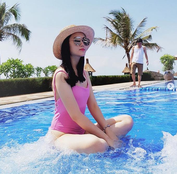 Gia đình Quỳnh Anh cũng thường nghỉ dưỡng cùng nhau ở các resort ven biển vào mùa hè. Cô nàng là con gái út của ông Nguyễn Giang Đông - cựu Chủ tịch CLB bóng đá Sài Gòn. Đám cưới của cặp đôi dự kiến được tổ chức vào đầu tháng 2.