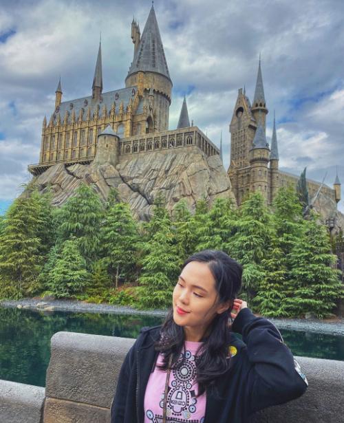 Nàng công chúa béo ghé thăm lâu đài Hogwarts trong khu vui chơi Universal Studio tại Osaka.Là cựu sinh viên khoa Luật quốc tế, Học viện Ngoại giao, Quỳnh Anh sở hữu vốn tiếng Anh tốt, thoải máidu lịch nước ngoài tự túc.