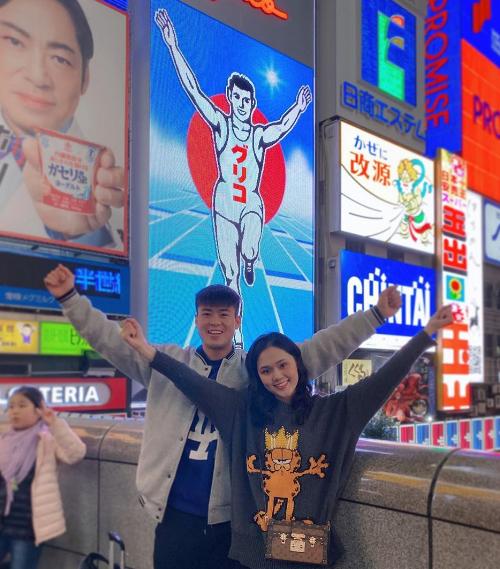 Mới đây, ngay sau khi kết thúc nhiệm vụ với đội tuyển quốc gia trong năm 2019, Duy Mạnh đã tháp tùng bạn gái sang Nhật để tận hưởng mùa thu vàng rực rỡ. Chàng hậu vệ điển trai và bạn gái tạo dáng nhái theo tấm biển quảng cáo Glico Running Man ở Dotonbori (Osaka). Đây được coi là biểu tượng của thành phố này với tuổi thọ hơn 80 năm già bằng cả đời người mà bất kỳ du khách nào tới đây cũng muốn check in bằng được.