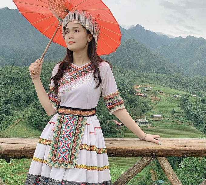 Bạn gái Duy Mạnh hóa thân thành em gái người Mông trong chuyến du lịch tháng 7/2019 cùng gia đình. Tháng 7 là thời điểm đẹp để khám phá Sapa với những địa danh nổi tiếng như đỉnh Fansipan, bản Cát Cát...