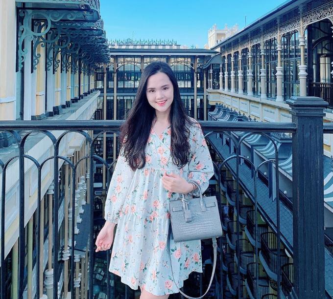 Xứng danh tiểu thư con nhà giàu, Quỳnh Anh thường lựa chọn các khách sạn hạng sang để nghỉ dưỡng như khách sạn 5 sao Hotel de la Coupole MGallery ở Sapa nổi bật với kiến trúc Pháp cổ, có nhiều không gian mở đẹp như studio ngoài trời để du khách thoải mái sáng tạo góc chụp.
