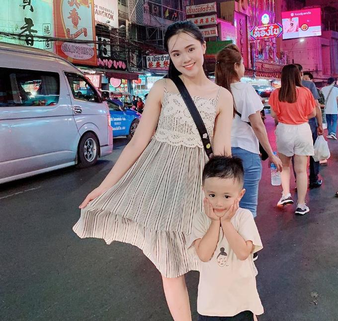Khi bạn traibận rộn tập luyện, Quỳnh Anh thường bám càng chị gái trong các chuyến du lịch trong và ngoài nước. Cô nàng rất thân thiết với bé Sóc - con trai của Huyền Mi và Văn Quyết. Hai dì cháu có chuyến du lịch Thái Lan vào tháng 6/2019 khi Sóc được nghỉ hè. Đến thiên đường ăn vặt Bangkok, Quỳnh Anh mê mẩn với món cá nướng muối và bánh bao xá xíu ở khu Chinatown.