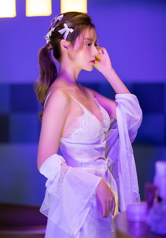 Người đẹp đầu tư hơn 1 tỷ đồng cho sản phẩm. Trong đó, một phần số tiền dành cho trang phục.
