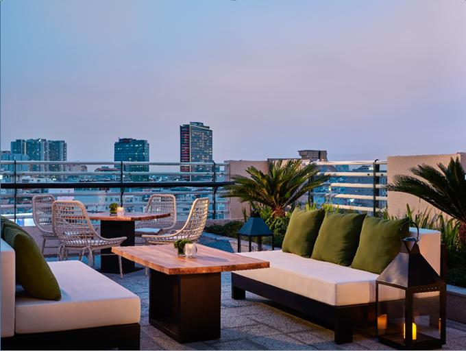 Khu vực phòng khách ngoài trời của Residence Club giúp du khách phóng tầm mắt ngắm nhìn vẻ đẹp củaSài Gònvề đêm. Nơi đây cũng được thay áo mới, vừa hiện đại vừa gần gũi, ấm cúng.