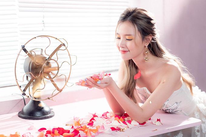 Midu cho biết cô không định đi hát chuyên nghiệp mà chỉ làm MV để thử thách giới hạn của bản thân và xem đây là món quà tặng các fan.
