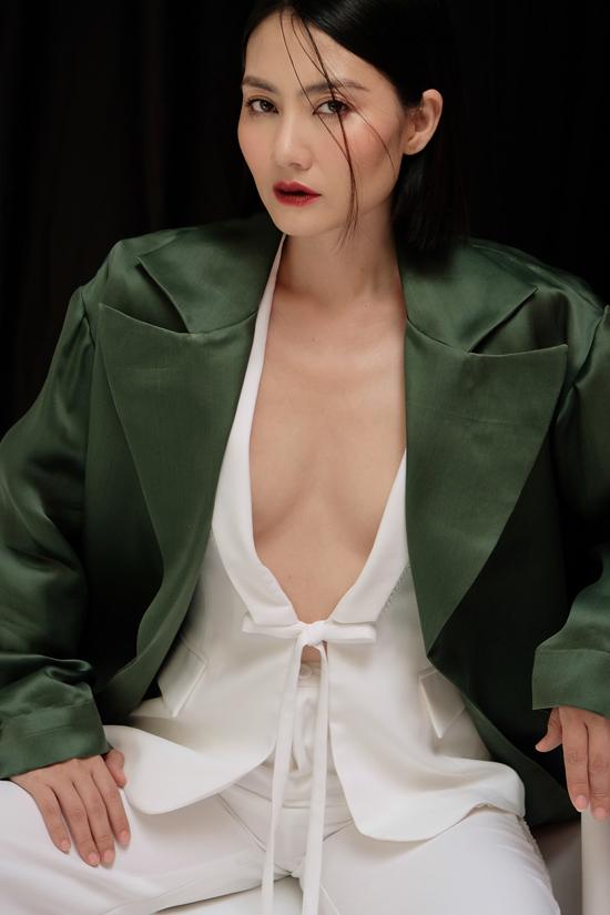 Trang phục khai thác khoảng hở đề cao vẻ đẹp sử sự phóng khoáng, tự do được nữ diễn viên chọn lựa để thực hiện bộ ảnh.