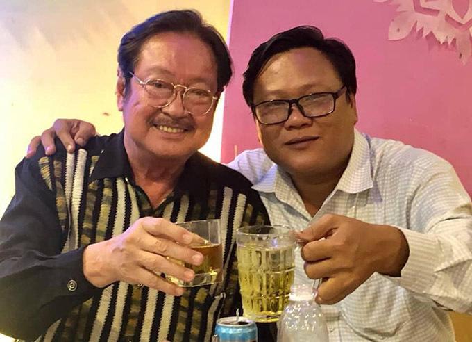 Nghệ sĩ Chánh Tín và nhà văn Phùng Hiệu (phải).