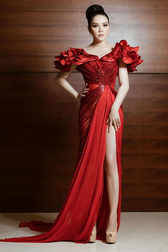 Kye Nguyễn cho rằng: Có lẽ khi muốn bản thân trở nên lộng lẫy, phụ nữ sẽ chọn màu đỏ như một bí quyết bất di bất dịch. Lý Nhã Kỳ hóa nữ hoàng kiêu sa, quyền lực trong mẫu đầm đính kết chuyển màu tinh xảo, xếp nếp 3D ấn tượng.