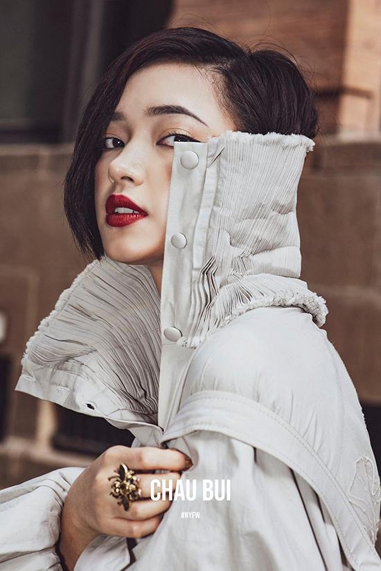 Châu Bùi không luôn vượt qua giới hạn an toàn để thể nghiệm những xu hướng mới nhất của làng mốt Việt và thời trang thế giới. Cô chạy theo trào lưu nhưng lại khéo thể hiện cái tôi khó hoà lẫn với số đông. Đôi khi khán giả bất ngờ bởi style dị biệt, lúc lại nữ tính, khi lại sexy của Châu Bùi.