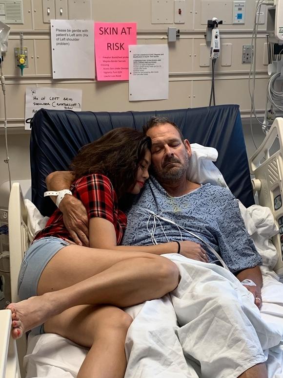 Ca sĩ Ngọc Anh nằm trên giường bệnh cùng chồng.