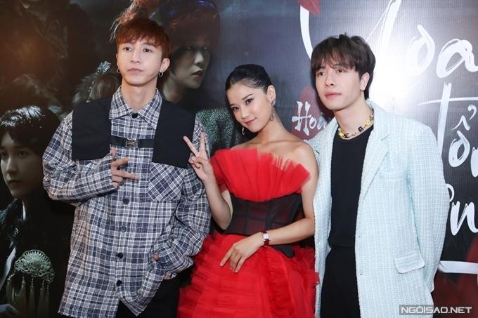 Hai thành viên của nhóm Monstar: Nicky (phải) và Key góp mặt một vai nhỏ trong MV.