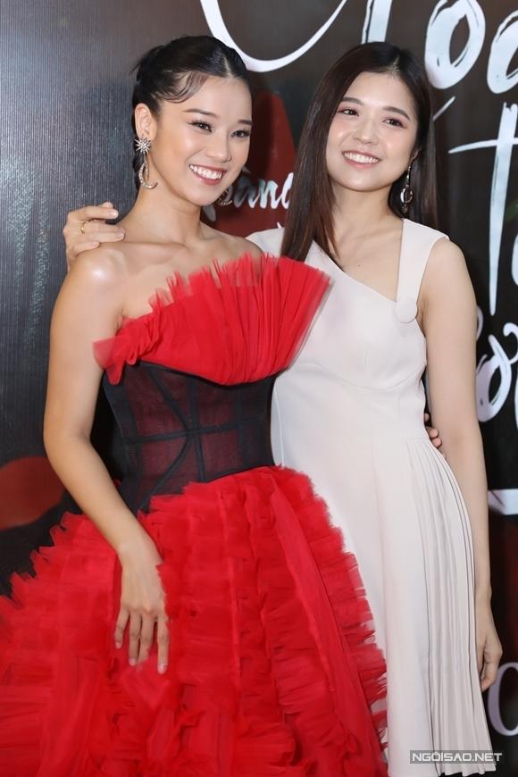 Ca sĩ Suni Hạ Linh thân thiết bên Hoàng Yến.
