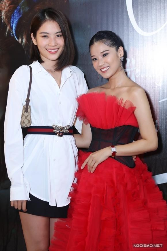 Người mẫu Nam Anh (chị sinh đôi của Nam Em) ủng hộ sản phẩm mới của Hoàng Yến.