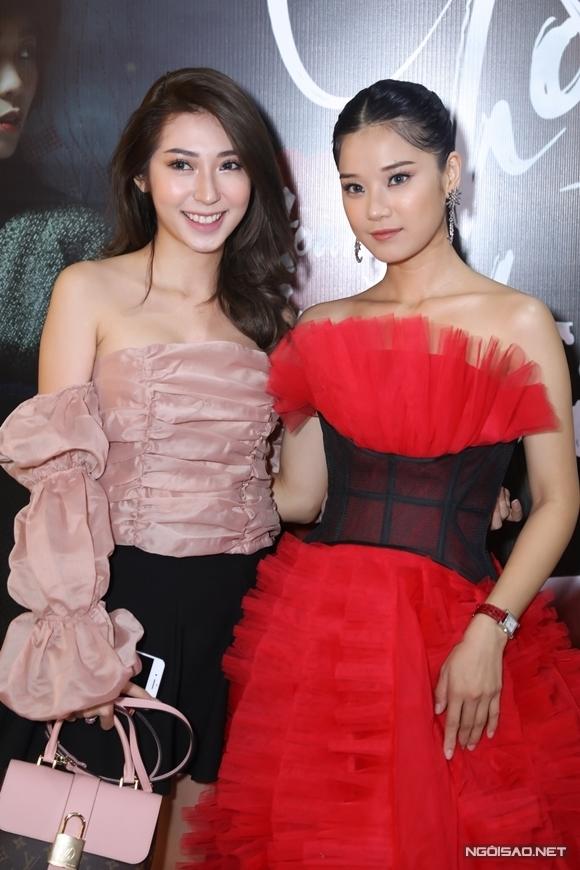 Ca sĩ Khổng Tú Quỳnh giận lẫy vìHoàng Yến Chibi không mời mình đóng vai khách mời của MV. Tuy vậy, cô đánh giá cao cả ca khúc và MV của Cánh hoa tổn thương, mong tác phẩm mới của Yến nhận được nhiều sự ủng hộ.