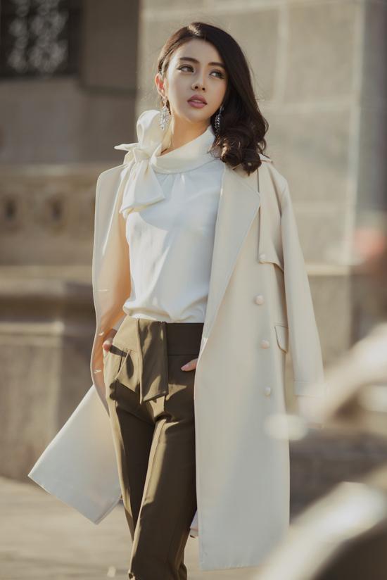 Ngoài váy cocktail, đầm xòe, bộ sưu tập còn giới thiệu các mẫu áo blouse, áo thắt nơ dễ mix-match để mang tới set đồ xuân hợp mốt.