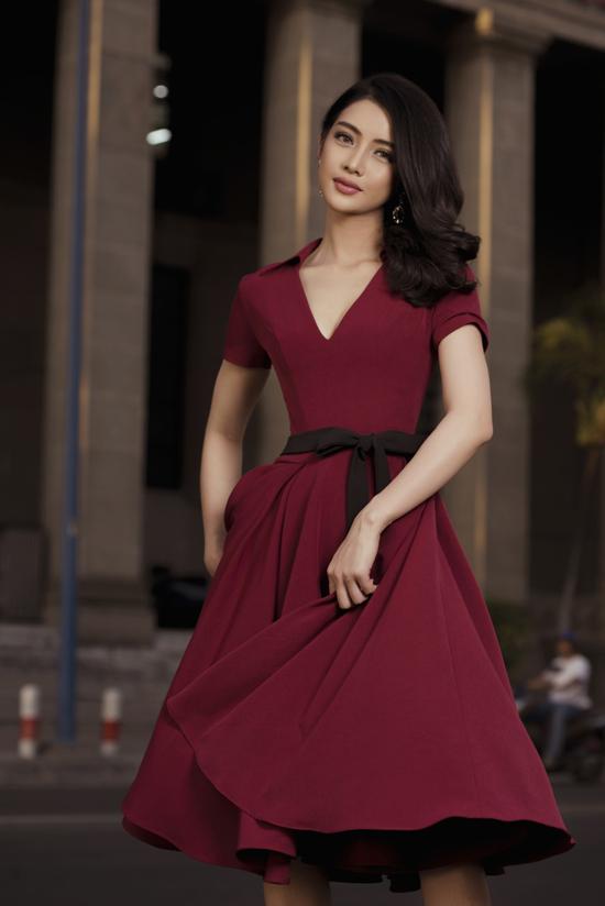 Bên cạnh các mẫu váy ôm khít eo, đầm xòe cổ điển cũng là trang phục dễ sử dụng khi đi tiệc.