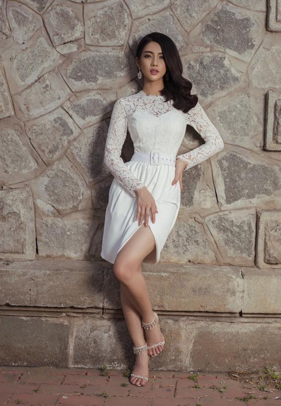 Hoa ren, lụa trắng được phối hợp cùng nhau để mang tới mẫu đầm đi tiệc mang tính ứng dụng cao.
