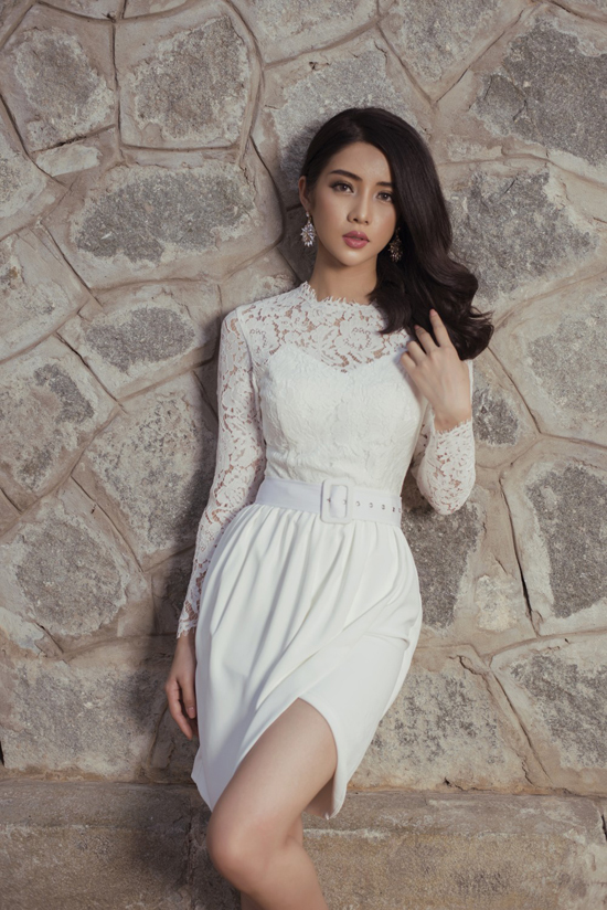 Chi tiết cúp ngực, xẻ chân váy nhẹ nhàng sẽ góp phần khai thác nét gợi cảm và vẻ đẹp hình thể cho người mặc.