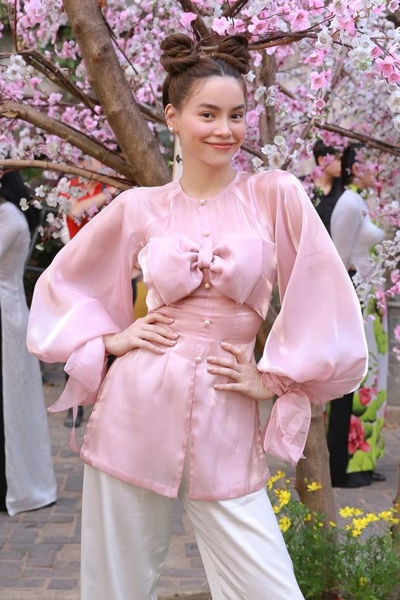Ngoài kiểu tóc độc đáo, Hồ Ngọc Hà diện áo bà ba cách điệu