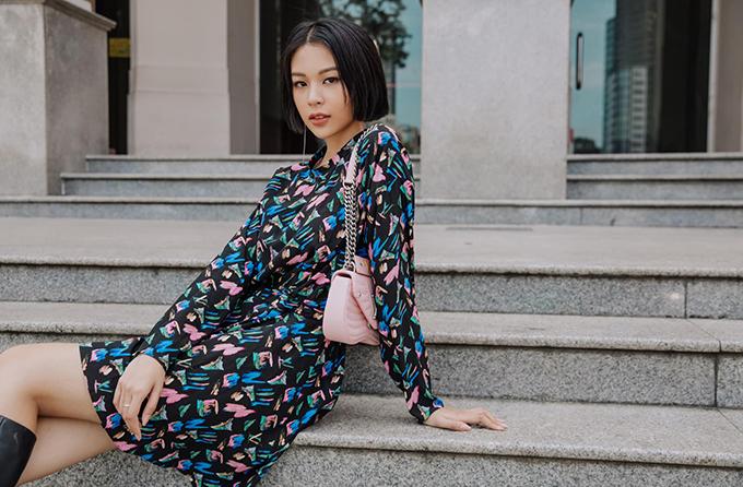 Những xu hướng thời trang thịnh hành luôn được Phí Phương Anh cập nhật một cách nhanh nhạy. Đồng thời, những tip mix đồ của cô Phí luôn thu hút sự quan tâm và theo dõi của khán giả hâm mộ.