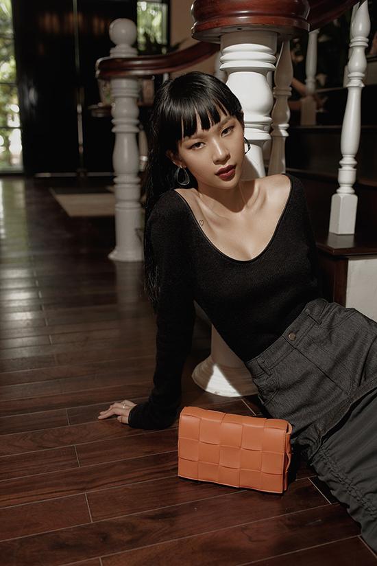 Bên cạnh việc thể hiện cái tôi riêng biệt trong làng fashionista, Phí Phương Anh còn dành nhiều thời gian trong việc hướng dẫn các bạn gái trẻ việc theo đuổi trào lưu ăn mặc thịnh hành.