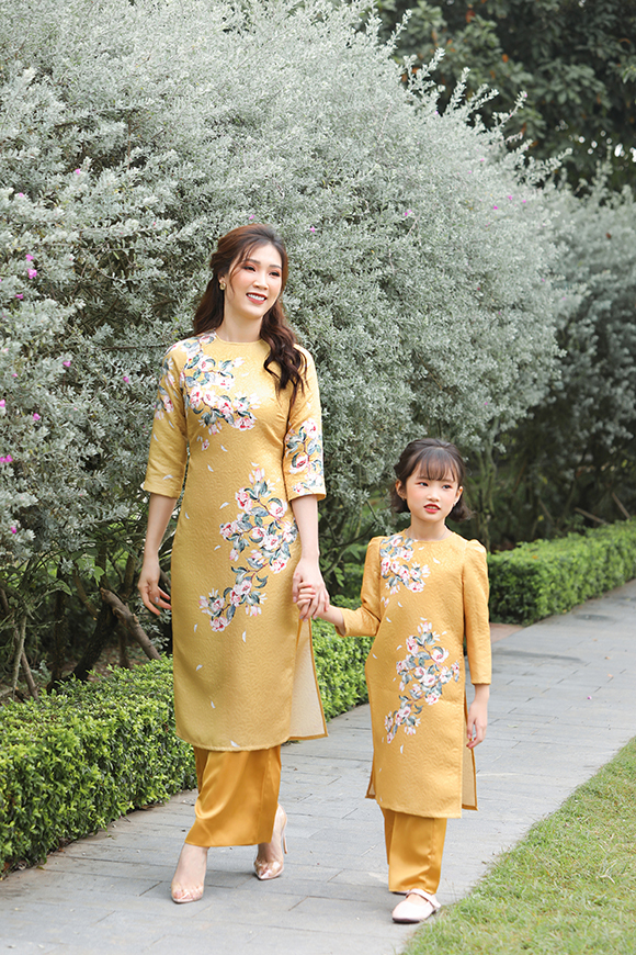 Những mẫu áo dài dành cho bé gái cũng được tin họa tiết kết hợp với quần lụa giống mẹ.