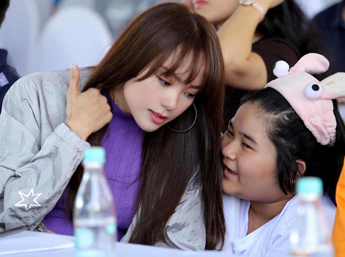 Cô thân thiện trò chuyện cùng một fan nhí tình cờ gặp ở giải chạy HCMC Marathon 2020.