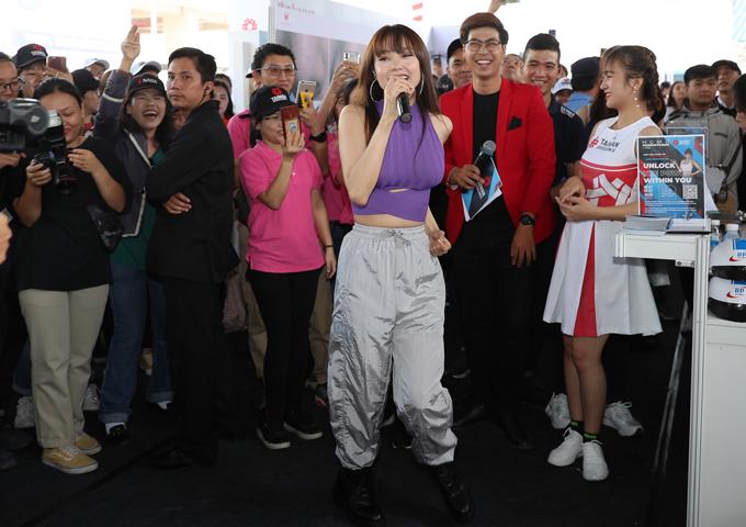 Hàng trăm bạn trẻ chen chúc xingiao lưu, chụp ảnh với thần tượng.