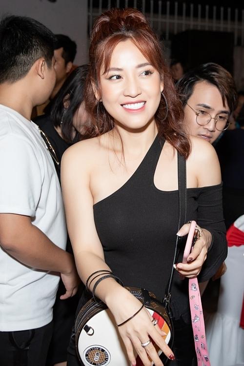 Diễn viên Puka khoe vai trần tại sự kiện.