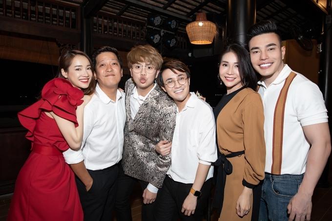 Diễn viên Duy Khánh (từ ba từ trái sang)