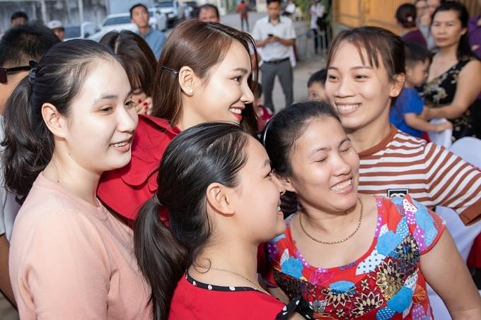Nhã Phương được người dân vây quanh chụp ảnh.