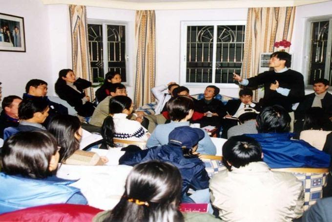 Jack Ma (đứng) cùng 17 người bạn khởi nghiệp Alibabatại căn hộ ở Hàng Châu, Trung Quốc. Ảnh: Alibaba.