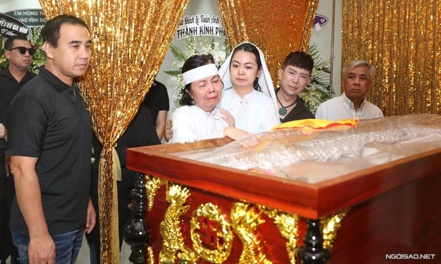Vợ và con gái khóc nghẹn tiễn NSƯT Chánh Tín