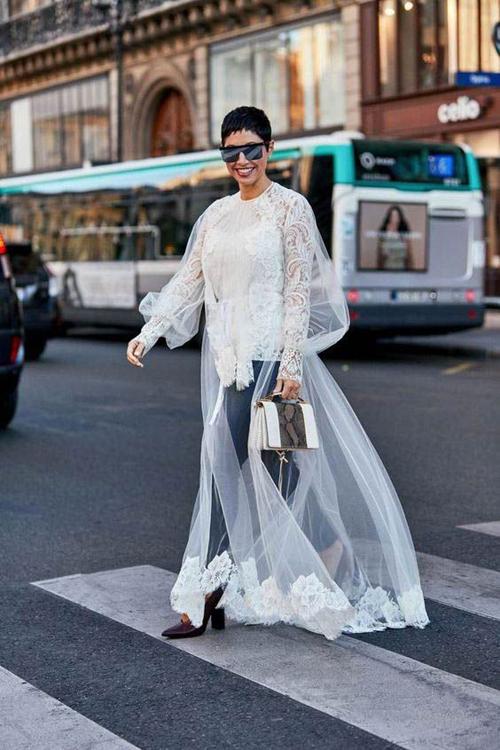 Áo choàng ren biến tấu độc đáo và dành cho các nàng thích thể hiện sự phá cách trong lối phối đồ street style.
