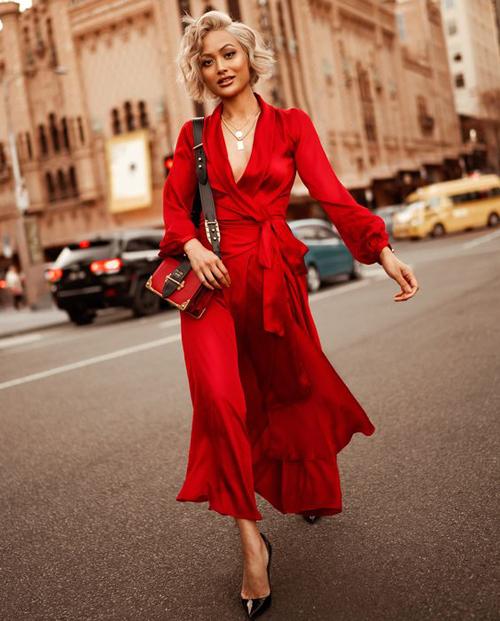 Song song với áo lụa, các mẫu váy lụa mềm mại, sắc màu tươi sáng cũng là trang phục phù hợp để chưng diện ở mùa này.