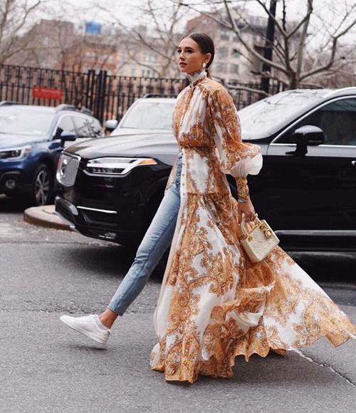 Cách kết hợp giữa phom dáng của áo blouse, áo choàng dáng dài đã mang tới mẫu trang phục độc đáo. Áo tay bồng với phần tà bay bổng như chân váy dài giúp người mặc hút ánh nhìn trên phố.