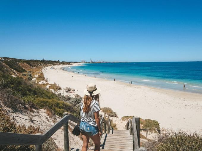 Bờ biển Cottesloe ở Perth được xem là một lựa chọn thay thế thích hợp vào thời điểm này. Ảnh: Jana Meerman